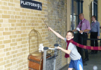 La estación de King's Cross recrea el famoso andén 9 ¾ de Harry Potter (familytraveltimes.co.uk)