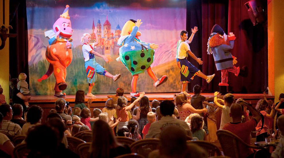 Teatro en el Apartahotel Royal Son Bou Family Club, Son Bou – Menorca (Booking)